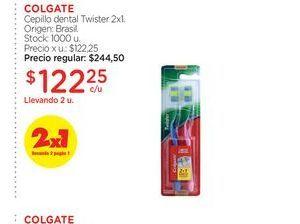 Oferta de COLGATECepillo dental Twister 2x1. por $122,25