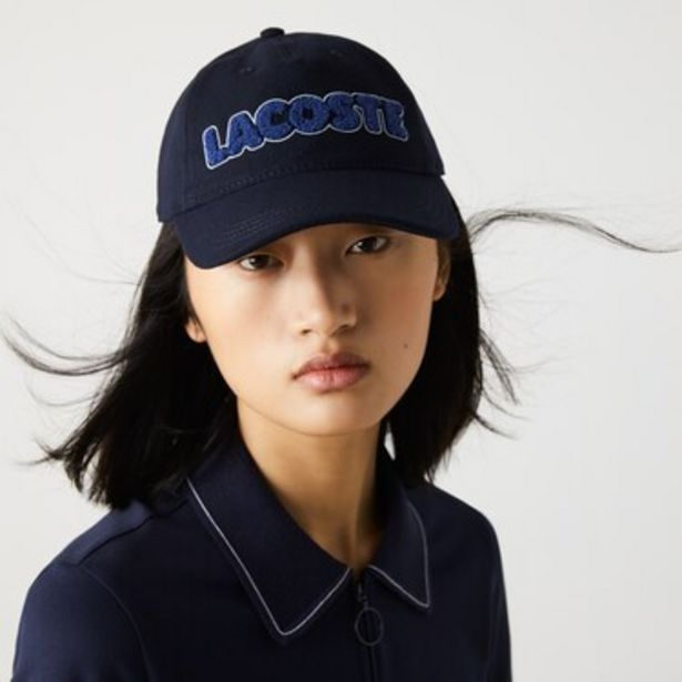 Oferta de Gorra de mujer de franela con inscripción de la marca por $3499